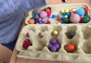 Montessori Spiel Filzbälle im Eierkarton