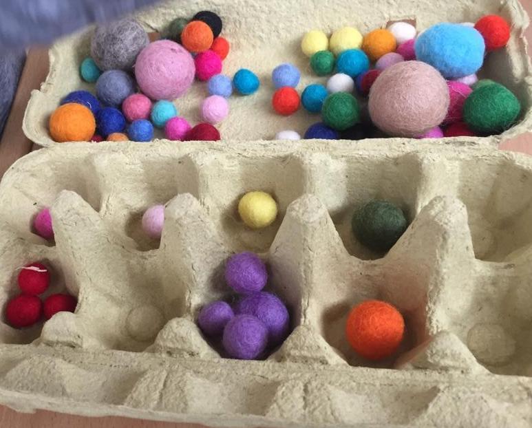 Montessori Spiel mit Filzbällen in der Kinderbetreuung